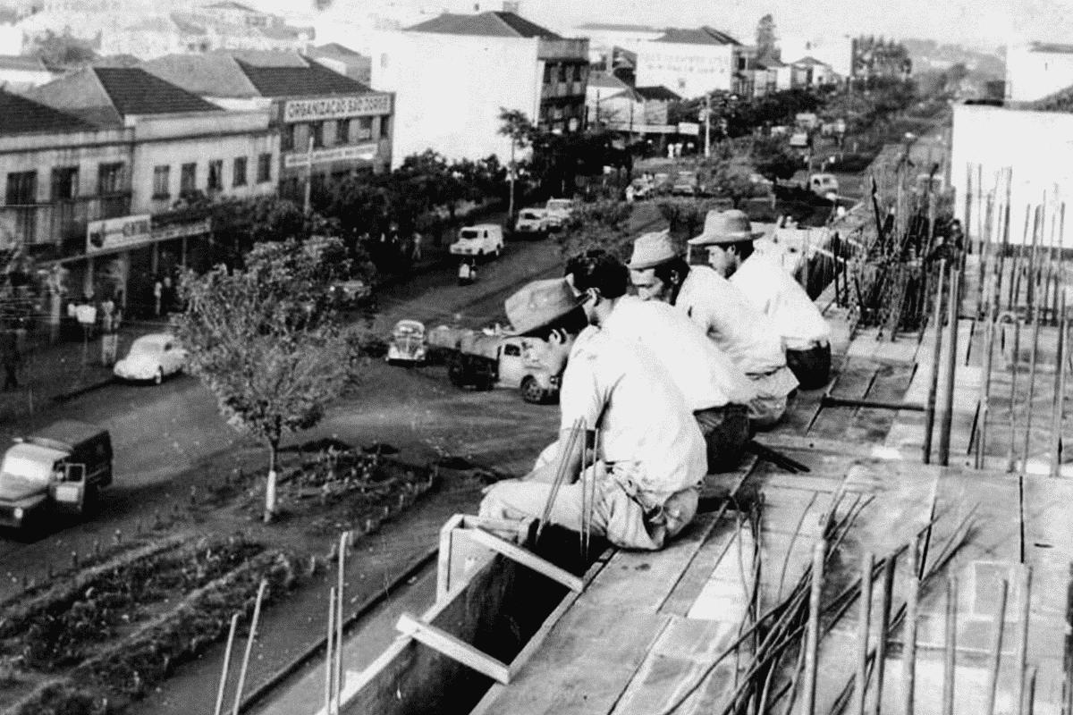 Operários em momento de descanso, meados do século XX