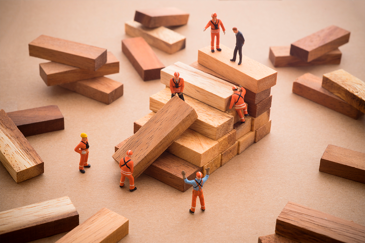 Miniaturas representando o processo de construção civil.