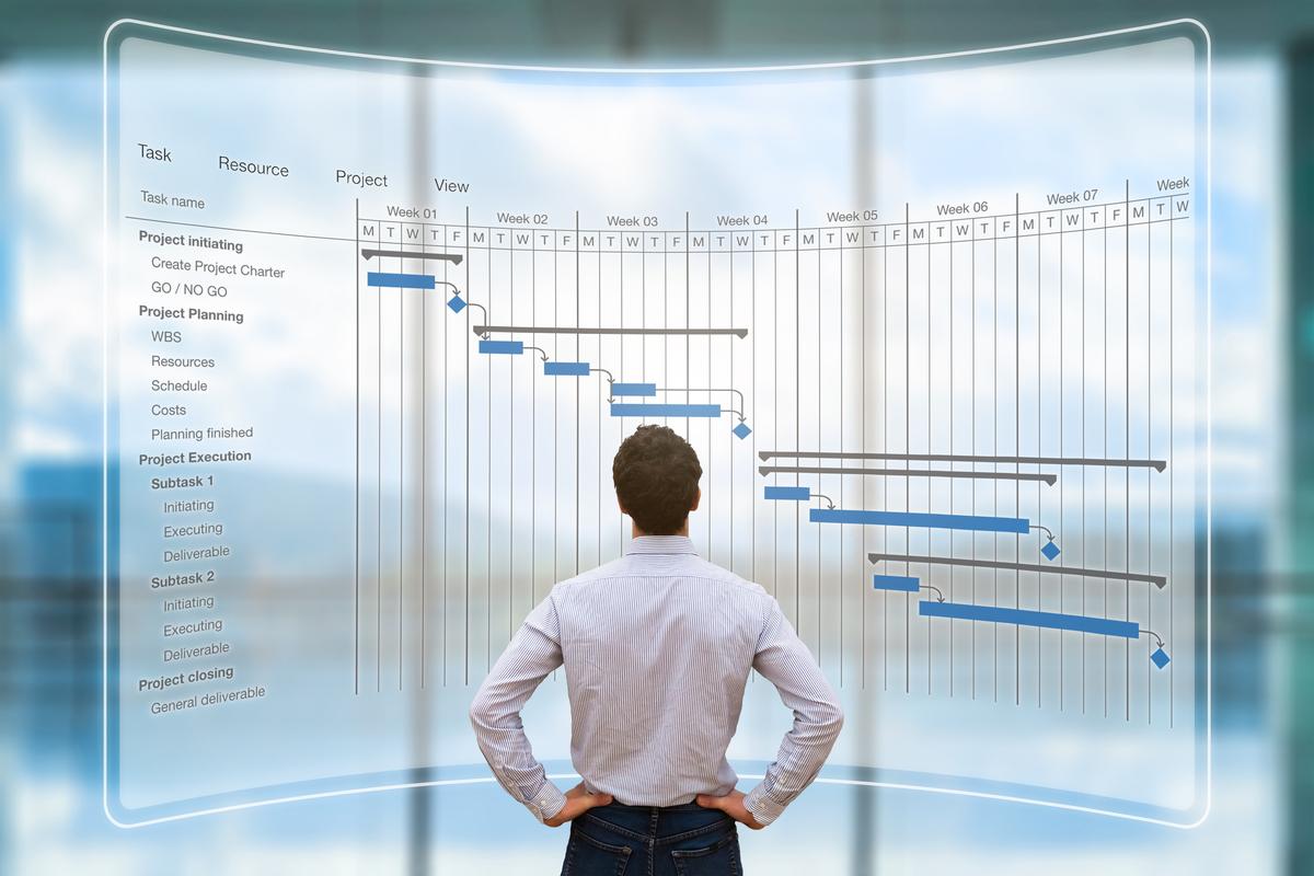 Gestor de obra tendo imagem geral do planejamento